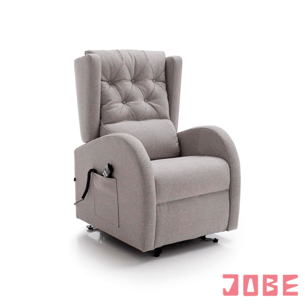 Este sillón con mecanismos relax lo presentamos con uno ó dos motores, Es opcional que venga con los botones en un brazo, o con mando con cable para recogen en el bolsillo que lleva en un lateral de uno de los brazos. El respaldo viene dividido en dos zonas claramente diferenciadas, una lisa y otra con capitoné, pudiéndose poner la parte lisa arriba o abajo de la posición de la espalda, para que tengamos más ó menos marcada la zona lumbar. Siempre que lleva motores, incluye la función relax y power lift, función que nos ayuda a incorporarnos. Disponible en diferentes tejidos y colores.