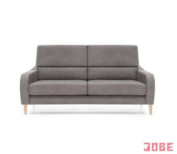 Este sofá se caracteriza por su estética ligera, sencilla y actual. Es un sofá con asientos y respaldos fijos muy cómodos, brazos estrechos para ganarle medida al asiento y mejorar el confort. Patas altas en madera color natural con altura apta para el robot de limpieza. Disponible en diferentes medidas, tejidos y colores.